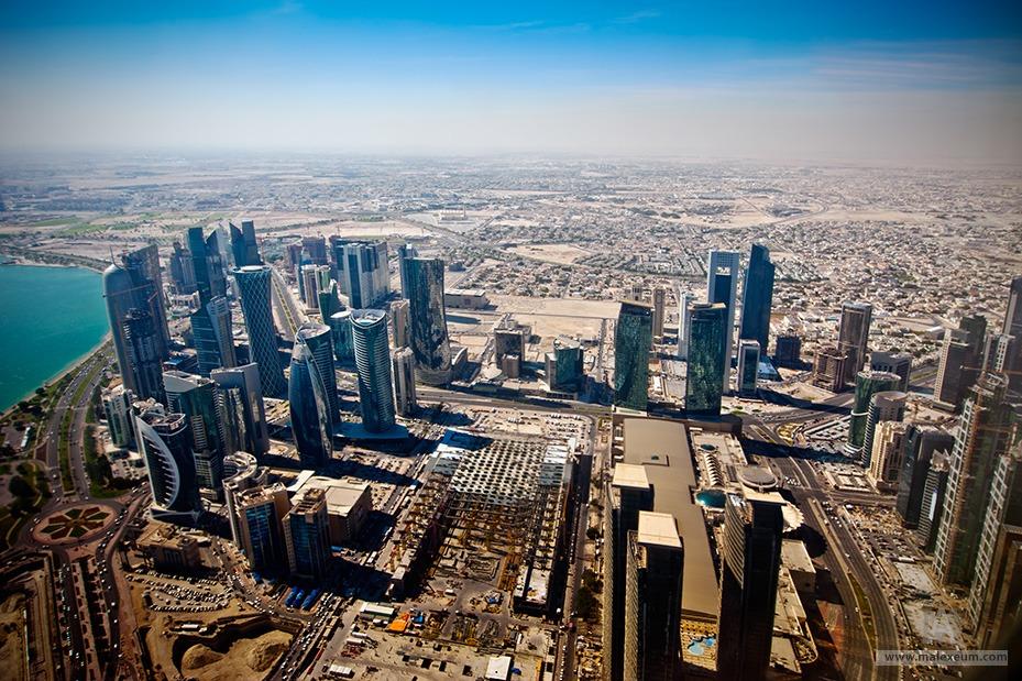 Аэрофотосъемка архитектурного комплекса небоскребов в Дохе