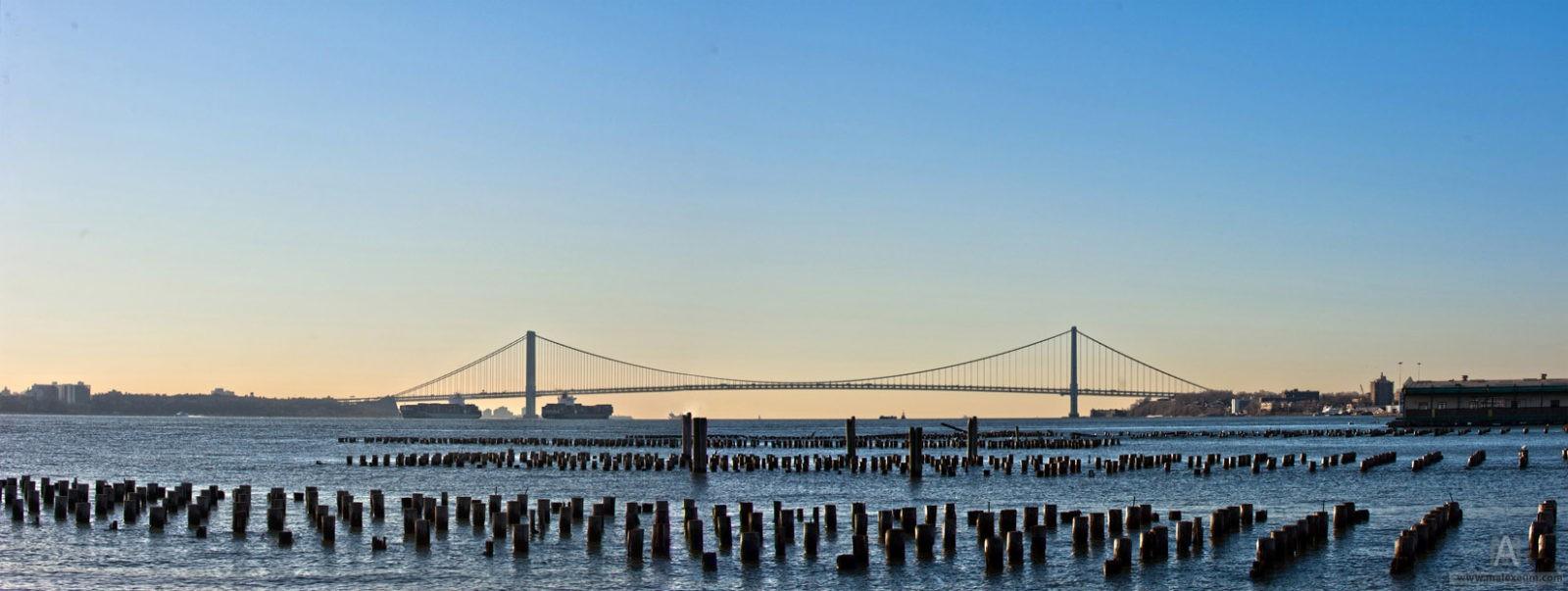 Мост Verrazano Bridage на рассвете с острова Статен-Айленд.