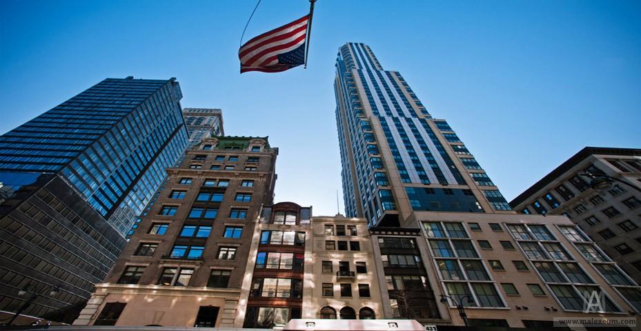 Нью Йорк небоскребы и американские флаги.