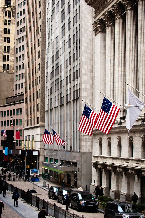 Нью йоркская фондовая биржа на Уолл стрит (Wall Street)