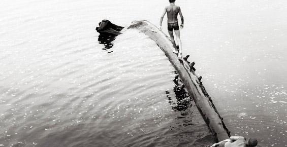Мальчики купаются - профессиональный фотограф
