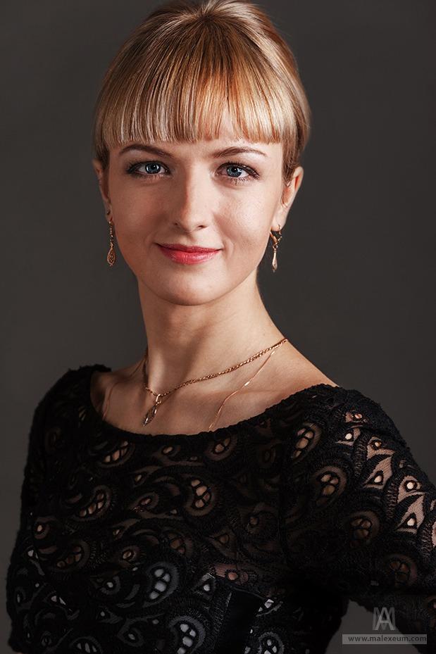 Студийный женский портрет